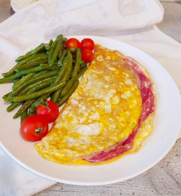 Omelette con salame e scamorza affumicata