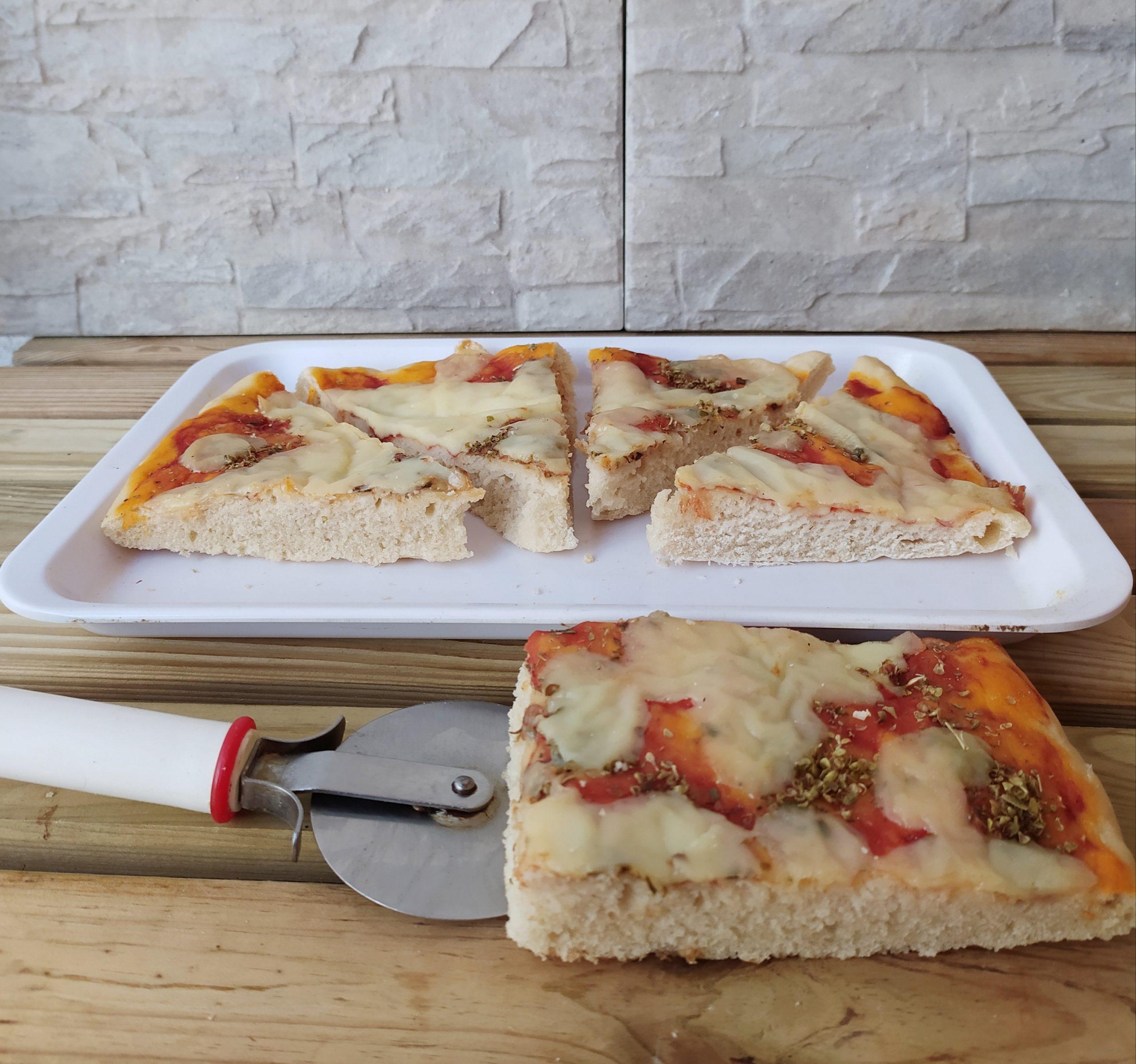 Pizza alta con pomodoro e mozzarella