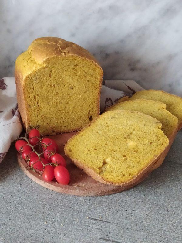 Pane alla curcuma con macchina del pane