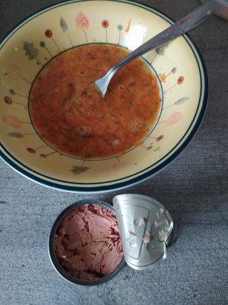 Omelette di uova e carote con tonno